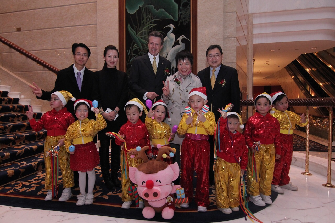Mr Peter Wan, Vice-Chairman of Heep Hong Society, Ms Nancy Tsang, Director of Heep Hong Society, and the children and parents of Fu Cheong Centre were invited to the tree Christmas tree-lighting ceremony of Island Shangri-La, Hong Kong