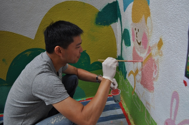 A volunteer of Rotary Club of the Peak part-took in the mural painting at Pak Tin Centre