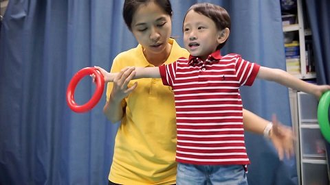 "Case of five-year-old child: Wang Sum is doing a ""Making X"" exercise."