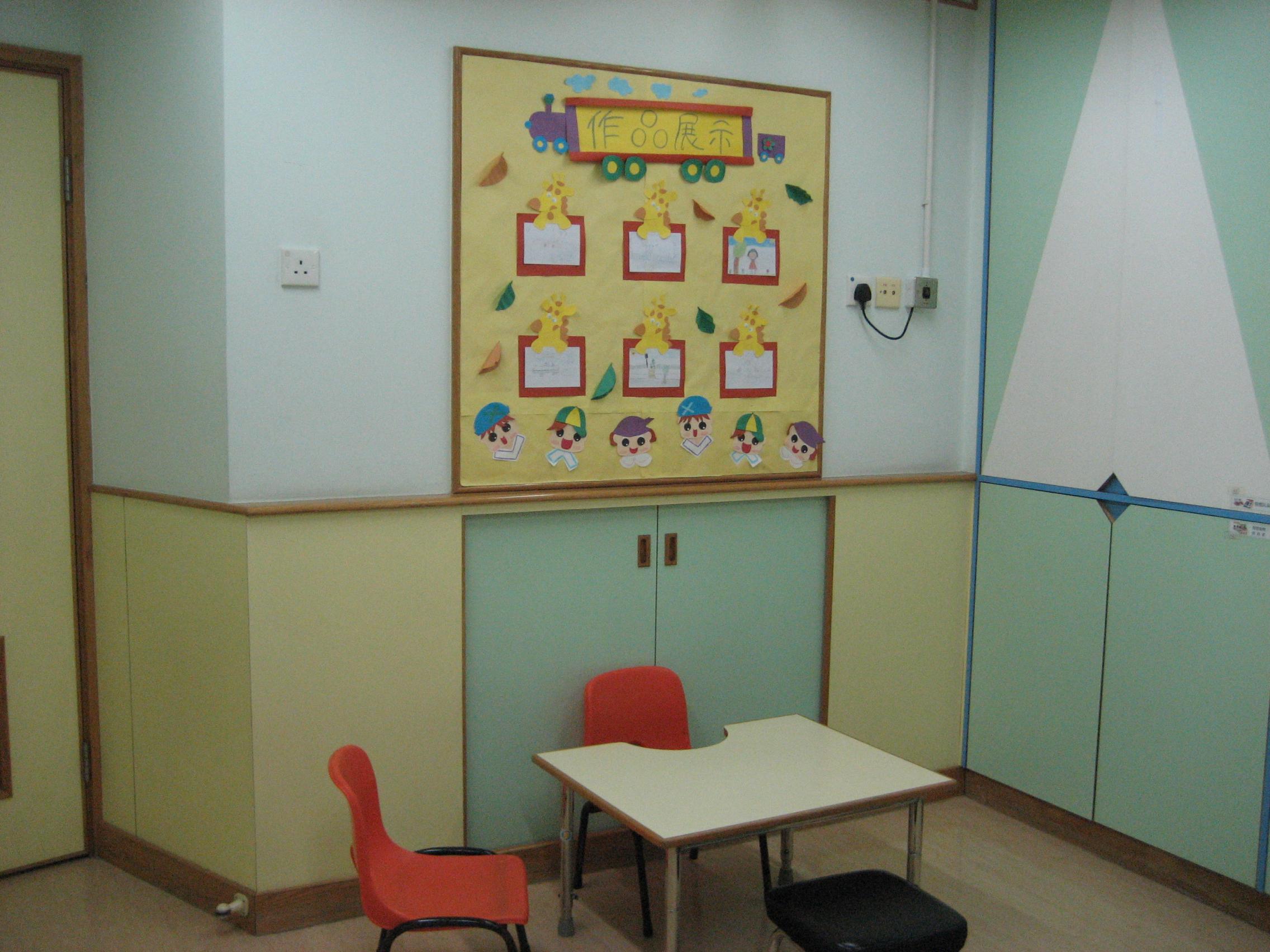 訓練室、小組室:中心內附設多間獨立課室、小組室(最多可容納10對親子),讓幼兒有足夠的空間進行各式訓練遊戲/活動。