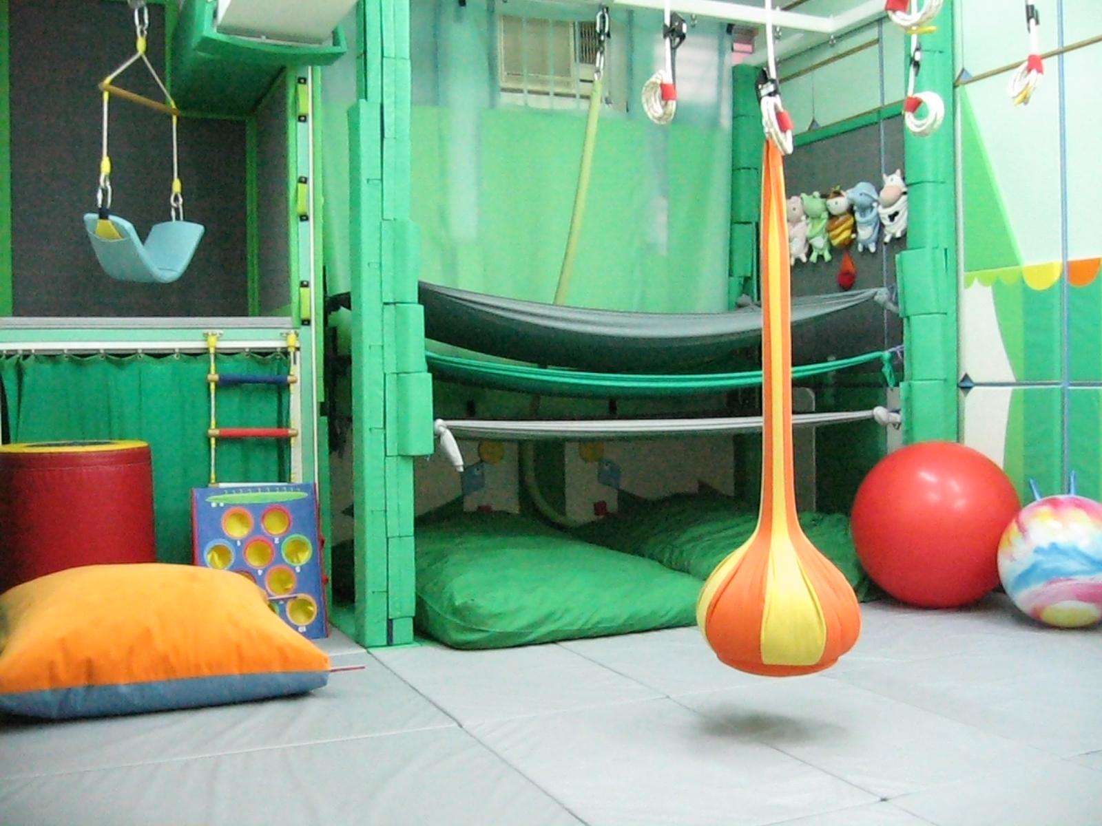 感覺統合室:幼兒可在此計安全的訓練室內,配合不同的感統治療儀器/用具,鍛鍊出更理想的專注力、手眼協調、動作計劃、視覺認知、姿勢控制等能力。