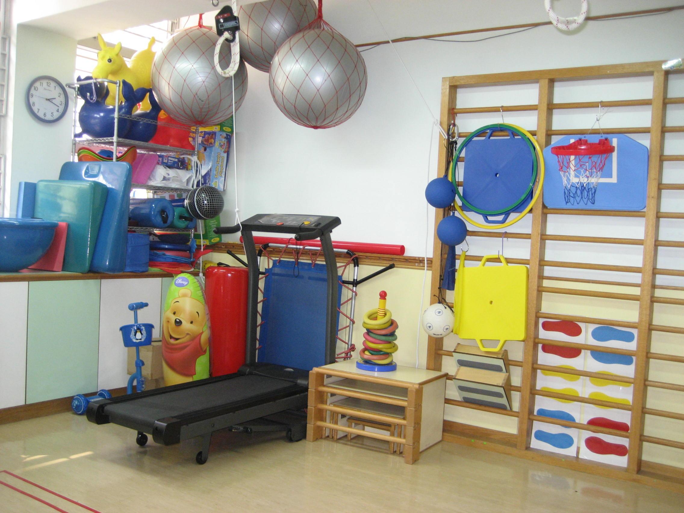 專業治療訓練室:中心內設多間獨立治療訓練室,光線充足、環境清潔、多樣化新穎治療用具。言語治療室更備隔音設備,以確保幼兒能在不受騷擾的環境下上課。