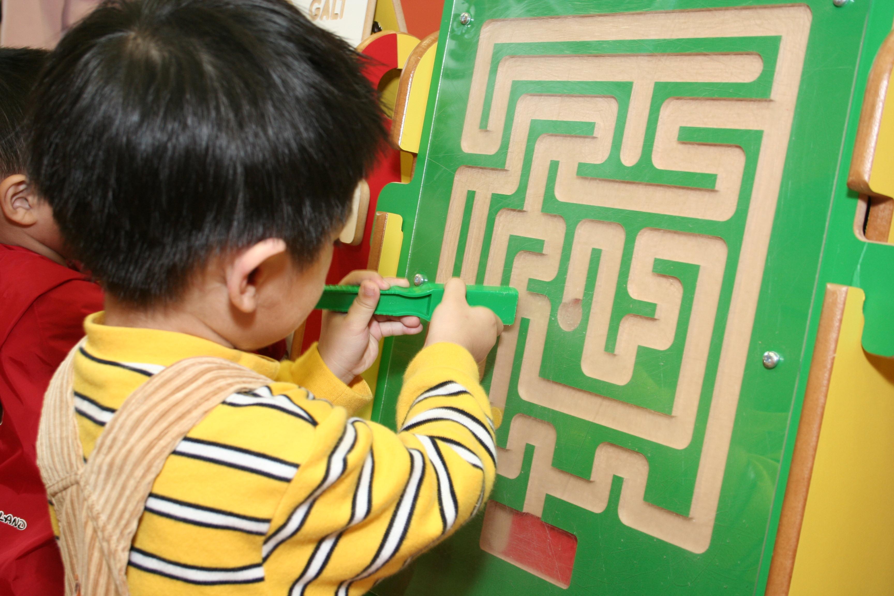 親子遊戲室內的玩具和遊戲,讓兒童在輕鬆愉快的環境下表達個人的思想和感情,而家長亦可藉着閉路電視系統,觀察子女在遊戲時的行為和表現。