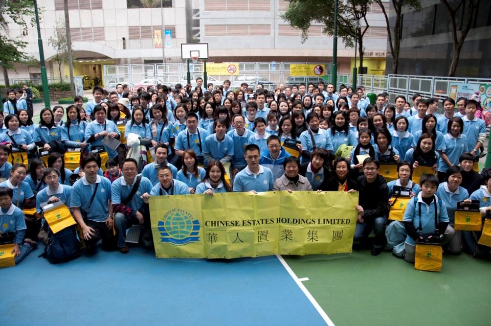 華人置業非執行董事劉鳴煒先生連同該集團200多名員工一起擔任本會賣旗日的義工。